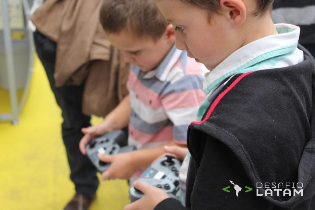 Robotics Day - Niños jugando con robots II