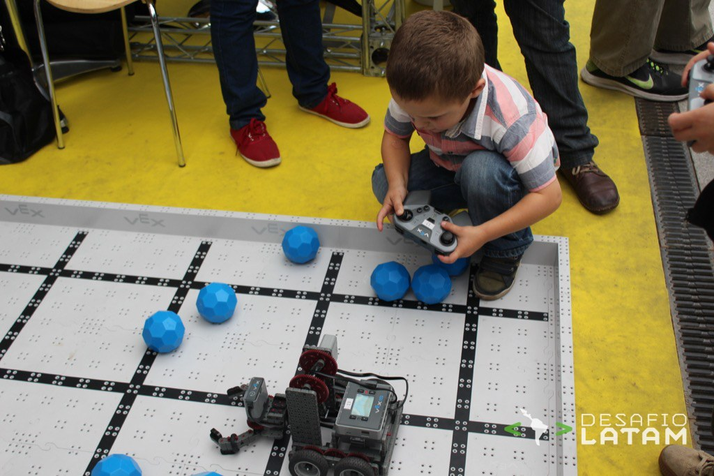 Robotics Day - Niños jugando con robots